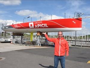 Damien Seguin devant le bateau Apicil